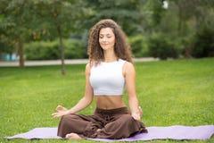 делать йогу женщины тренировок милую Стоковые Фото