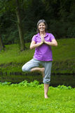 делать йогу женщины Стоковое фото RF