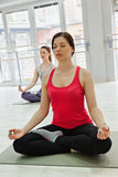 делать йогу 2 женщин Стоковое Фото