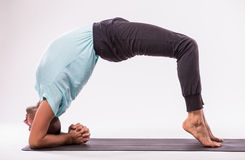делать йогу человека Стоковая Фотография RF