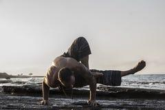 делать йогу человека Стоковое фото RF