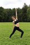 делать милых детенышей йоги женщины Стоковые Фотографии RF