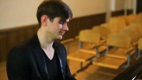 делать нот Профиль красивого человека играя рояль сток-видео