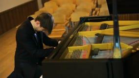 делать нот Профиль красивого человека играя рояль акции видеоматериалы
