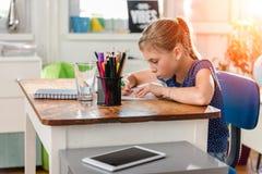 делать домашнюю работу девушки стоковое изображение rf