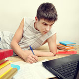 делать подросток домашней работы Стоковое Изображение