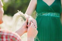 делать предложение замужества человека Стоковые Изображения
