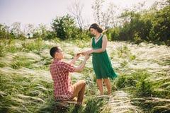 делать предложение замужества человека Стоковые Изображения RF