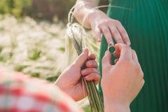 делать предложение замужества человека Стоковое Изображение RF