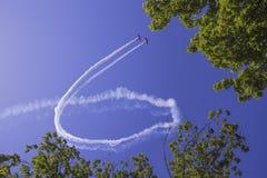 An-2 делают некоторый фокус в небе Стоковое Изображение