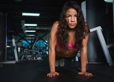 делающ гимнастику нажмите поднимает женщину Стоковое фото RF