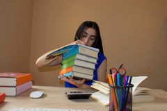делающ девушку ее домашняя работа Концепция образования - книги на столе в аудитории Изучать девушки Стоковые Фотографии RF