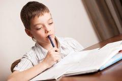 делающ домашнюю работу предназначенную для подростков Стоковые Фотографии RF
