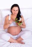 Еда беременной женщины свежая Стоковая Фотография RF