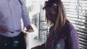 Еда взятия женщины на плите от таблицы в ресторане прием Торжество заедк сток-видео