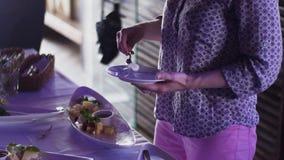 Еда взятия женщины на плите от таблицы в ресторане прием Торжество сток-видео