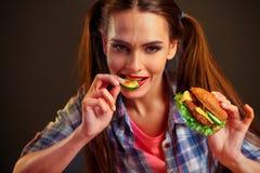 еда гамбургера девушки Стоковое Изображение RF