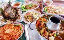 Еда горячего и кислого супа папапайи салата зажаренных рыб тайская Стоковая Фотография