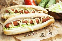 Еда горячей сосиски с сосисками, соусом мустарда и кетчуп Стоковое фото RF