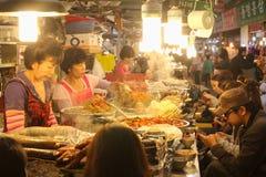 Еда глохнет в рынке Gwangjang, Сеуле, Корее Стоковые Фото