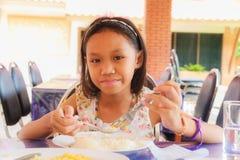 еда девушки еды Стоковые Изображения