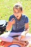 Еда девушки на пикнике Стоковая Фотография RF