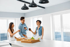 Еда еды Друзья имея домашнее официальныйо обед Приятельство, Leisu Стоковые Изображения