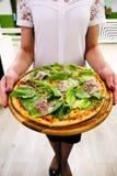 Еда еды Конец-вверх рук людей принимая куски пиццы Pepperoni стоковая фотография rf