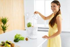 еда здоровая Вегетарианская женщина подготавливая зеленый сок вытрезвителя Диета, еда Стоковое Изображение