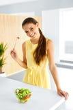 еда здоровая Девушка есть Vegetable вегетарианский салат Образ жизни, Стоковые Фотографии RF