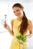 еда здоровая Девушка есть Vegetable вегетарианский салат Образ жизни, Стоковое Фото