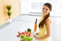 еда здоровая Женщина подготавливая вегетарианский обедающий Образ жизни, Eati Стоковое Изображение RF