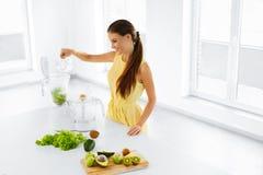 еда здоровая зеленый сок Женщина подготавливая Smoothie Диета вытрезвителя Стоковые Фото