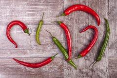 еда здоровая Красный и зеленый перец на деревянной предпосылке Стоковое Фото