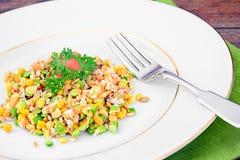 Еда здоровых и диеты: Гарнируйте с чечевицами стоковые изображения rf