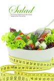 Салат диетпитания. Овощи в шаре с измеряя лентой стоковое изображение rf