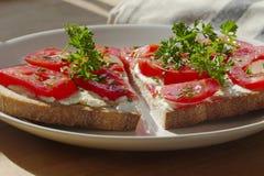 Еда диеты, хлеб с томатами на плите, уменьшает вниз Стоковая Фотография