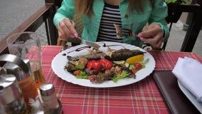 Еда испеченных рыб с овощами в крупном плане ресторана акции видеоматериалы