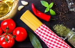 Еда итальянки ингридиентов Макаронные изделия, масло, приправа и овощи Взгляд сверху Стоковая Фотография