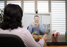 Еда и беседовать онлайн Стоковые Изображения RF