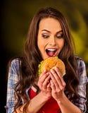 Еда и гамбургер женщины на таблице Стоковые Фото