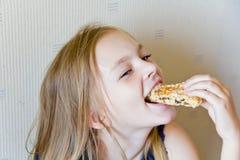 Еда милой девушки стоковая фотография rf