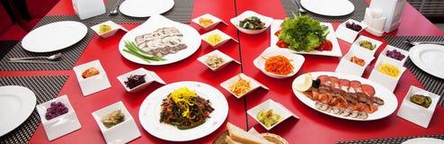 Еда много плит ставит взгляд сверху на обсуждение 2 съемки ресторана фото Стоковые Фото