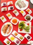 Еда много плит ставит взгляд сверху на обсуждение съемки ресторана фото Стоковые Изображения RF