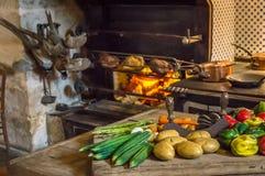 Еда на таблице для еды как подготовлено в средних возрастах стоковая фотография