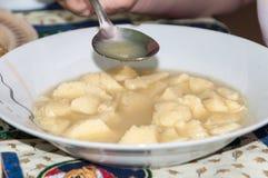 Еда домодельного куриного супа от плиты Стоковые Фото