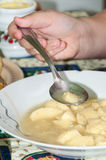 Еда домодельного куриного супа от плиты Стоковая Фотография