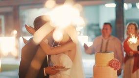 Еда пар свадебного пирога сток-видео