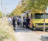 Еда перевозит работников офиса на грузовиках сервировки на обеденном времени, в Далласе Стоковые Изображения