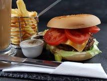 Еда питья плиты столового прибора соусов бургера вкусная Стоковые Изображения